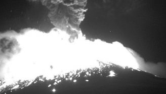 Momento en que el Popocatépetl hace explosión