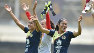 Jugadoras del América Femenil celebran su triunfo contra Pumas