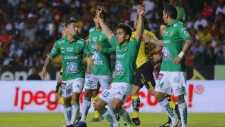 Jugadores del León festejan un gol de Ángel Mena
