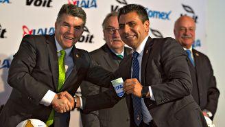 Rangel recibe de manos de Iñárritu su gafete FIFA como árbitro asistente