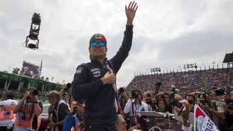 Checo Pérez saluda al público en el Autódromo Hermanos Rodríguez