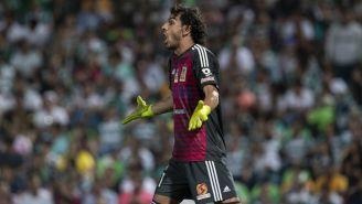 Nahuel Guzmán se queja con los silbantes en duelo contra Santos
