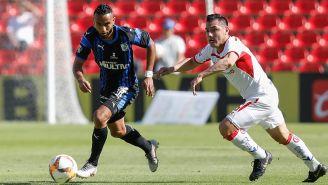 Jordan Sierra y Antonio Rios en disputa por el balón