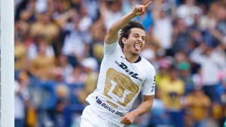 Alan Mozo celebrando un gol con Pumas