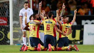 Jugadores de Monarcas festejan el gol