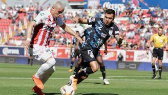 Brian Fernández y Emmanuel García en disputa por el balón