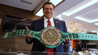 Mauricio Sulaimán presume el cinturón maya
