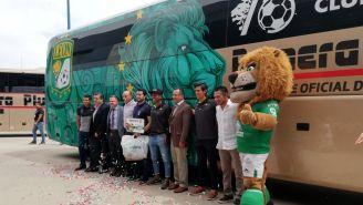 León presentó el nuevo autobús del equipo
