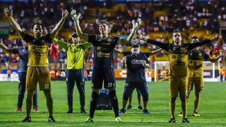 Maradona festeja con sus pupilos tras vencer a Mineros