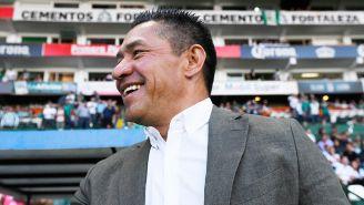 Nacho Ambriz sonríe previo a un juego de León