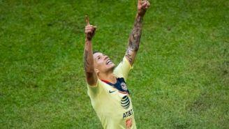 Uribe levanta los brazos para festejar anotación
