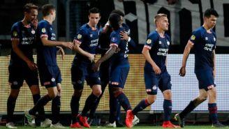 Jugadores del PSV festejan anotación contra el Willem II