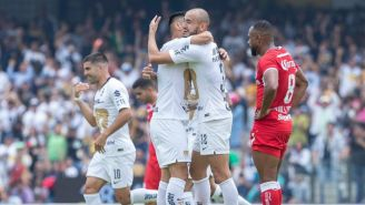 Mora festeja con González su gol frente a Toluca