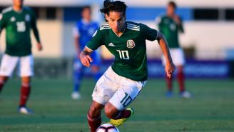 Diego Lainez conduce un balón en el Premundial de la Sub 20