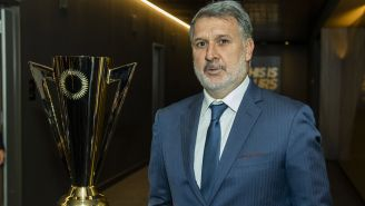Martino posa junto al trofeo de la Copa Oro