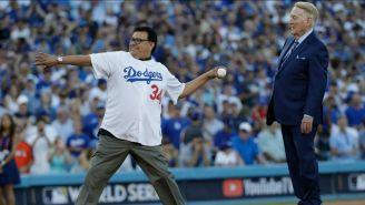 Fernando Valenzuela lanzando la primera bola en un juego de Dodgers