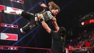 AJ Styles conecta el Codazo Fenomenal sobre Seth Rollins