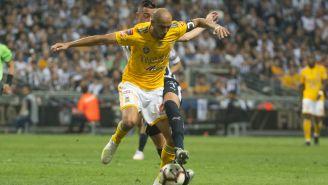 Pizarro lucha por el esférico contra Funes Mori