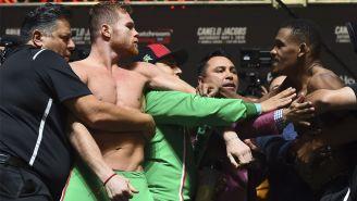 Canelo y Jacobs se enfrentan durante la ceremonia de pesaje