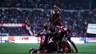 Jugadores de Xolos celebran anotación contra Puebla