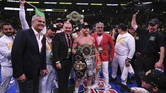 Canelo con sus cinturones de Campeón