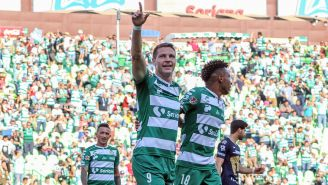 Julio Furch festeja gol contra Pumas en la J17