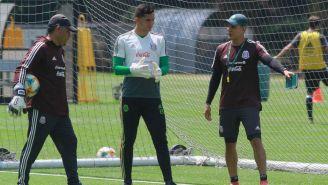 Carlos Higuera recibe instrucciones de Diego Ramírez