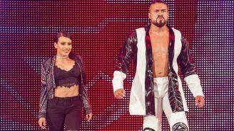 Andrade hace su entrada al ring con Zelina Vega