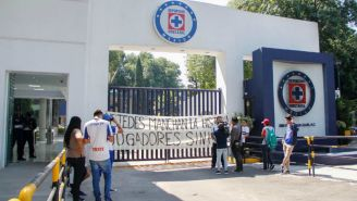 Aficionados de Cruz Azul muestran mantas afuera de La Noria