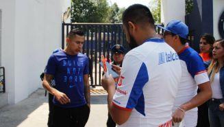 Domínguez habla con un aficionado a las afuera de La Noria