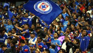 Afición de Cruz Azul alienta a su equipo en duelo vs Querétaro