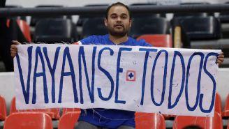 Una aficionado del Cruz Azul protesta con una manta