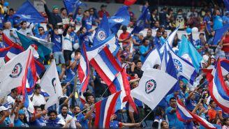 Aficionados de Cruz Azul alientan a su equipo en duelo vs América