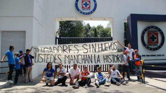 Aficionados del Cruz Azul protestan en La Noria