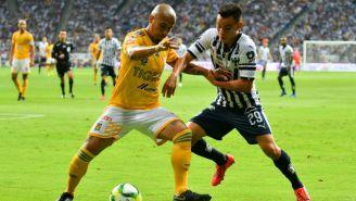 Luis Rodriguez y Carlos Rodríguez disputan un balón