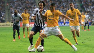 Rodolfo Pizarro y Carlos Salcedo disputan un balón