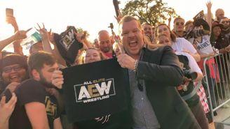 Chris Jericho sostiene una toalla de All Elite Wrestling