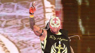 Rey Mysterio hace su entrada a RAW