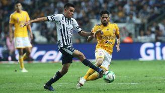 Carlos Rodríguez disputa un balón ante Javier Aquino