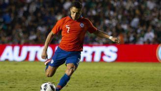 Alexis Sánchez golpea el balón en un amistoso vs México