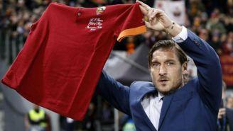Totti muestra a los aficionados playera de la Roma