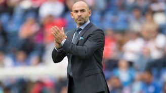 Jémez aplaude a la afición en el Estadio Azul
