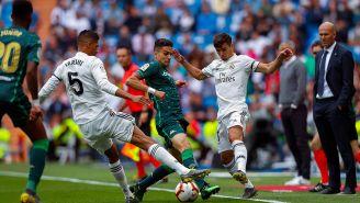 Varane intenta recuperar el balón contra Betis