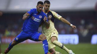 Edgar Méndez disputa balón contra Guido Rodríguez