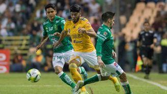 La disputa por el balón en un León vs Tigres
