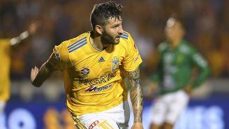 Gignac festeja el gol con el que se vuelve máximo anotador de los de la UANL