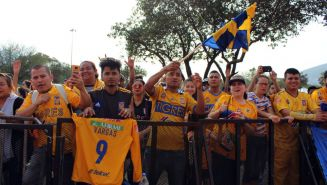 Afición de Tigres a las afueras del Estadio Universitario