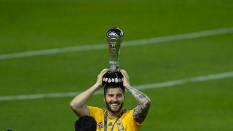 André-Pierre Giganc alza el trofeo de la Liga MX