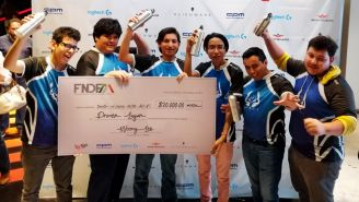 Los jugadores de Nawal Gaming festejan tras ganar el torneo de League of Legends