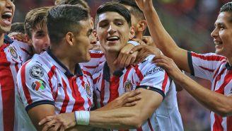 Alan Pulido festeja un gol de Chivas con sus compañeros